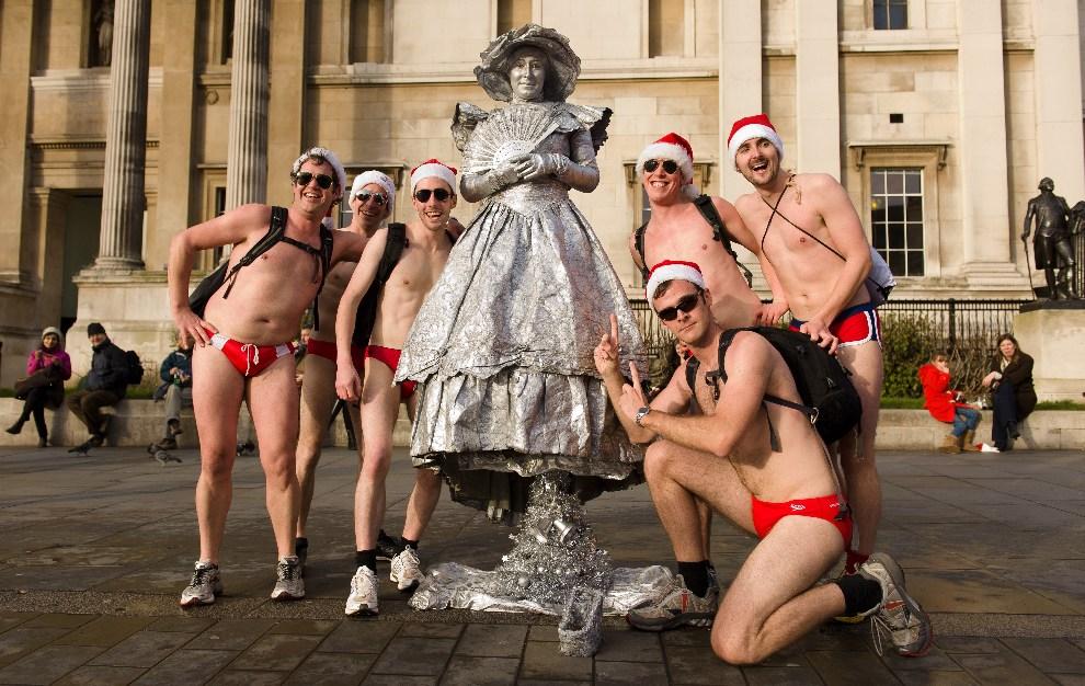 8.WIELKA BRYTANIA, Londyn, 15 grudnia 2012: Uczestnicy zlotu Mikołajów pozują do zdjęcia. AFP PHOTO / LEON NEAL