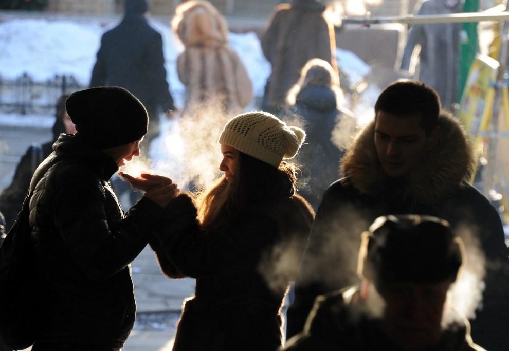8.ROSJA, Moskwa, 20 grudnia 2012: Para młodych ludzi w mroźny dzień w centrum Moskwy. AFP PHOTO / VIKTOR DRACHEV