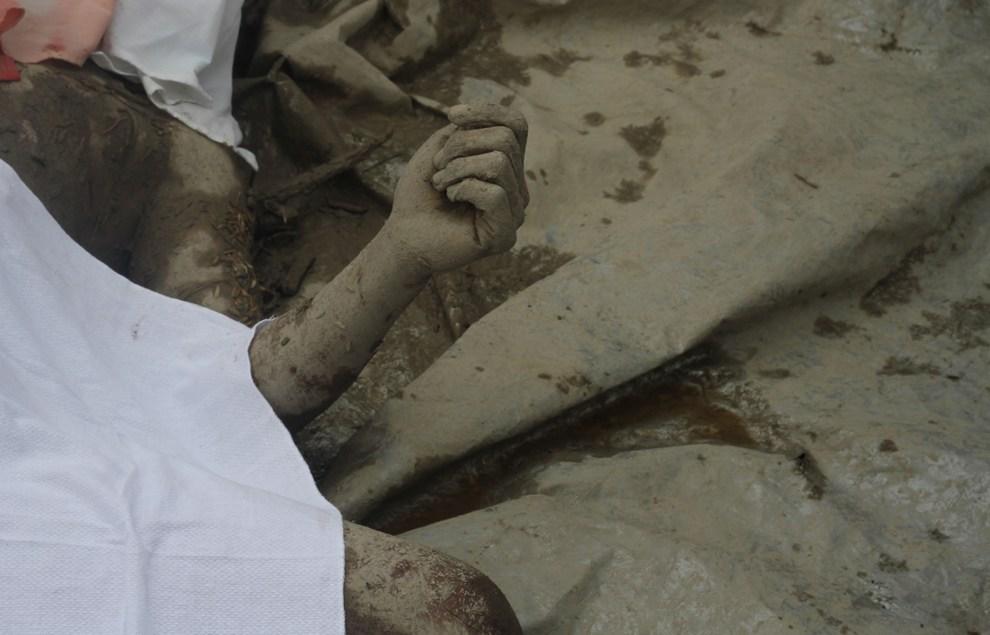 8.FILIPINY, New Bataan, 5 grudnia 2012: Ciało jednej z ofiar tajfunu Bopha. AFP PHOTO / Karlos Manlupig