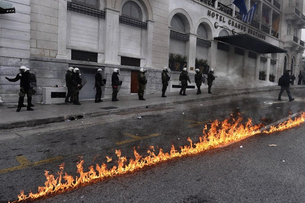 8.GRECJA, Ateny, 10 lutego 2012: Policjanci pilnujący porządku w Atenach w trakcie 48-godzinnego strajku generalnego. AFP PHOTO/ ARIS MESSINIS
