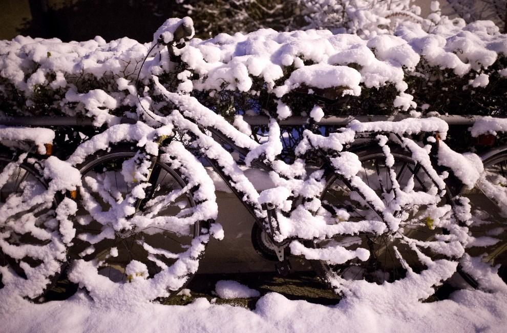9.NIEMCY, Hanower, 13 grudnia 2012: Rower przykryty śniegiem. AFP PHOTO / JULIAN STRATENSCHULTE /