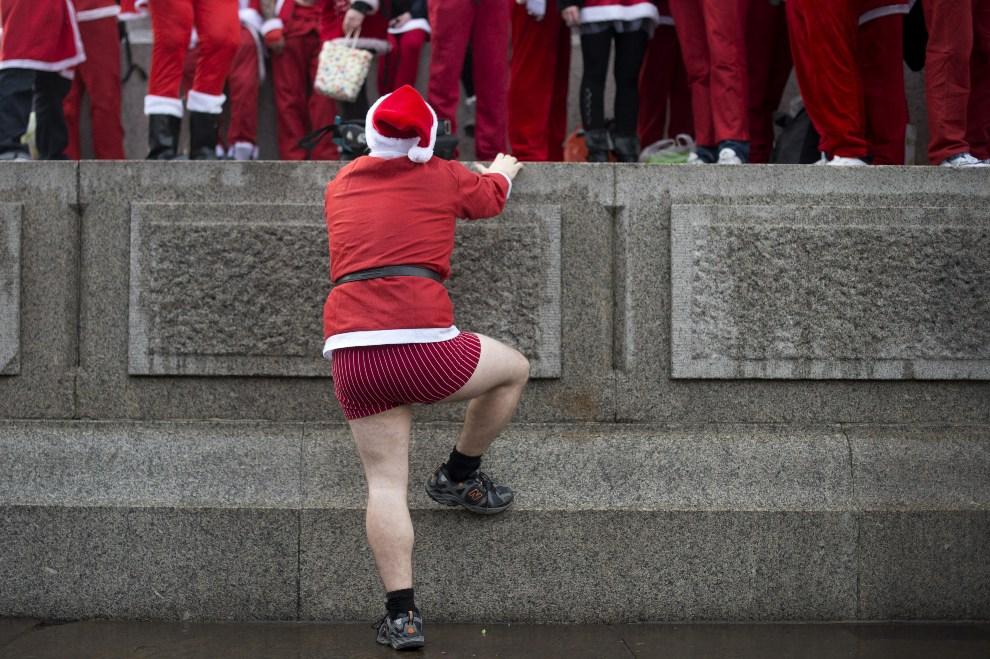 9.WIELKA BRYTANIA, Londyn, 15 grudnia 2012: Mężczyzna stara się wejść na Kolumnę Nelsona. AFP PHOTO/BEN STANSALL