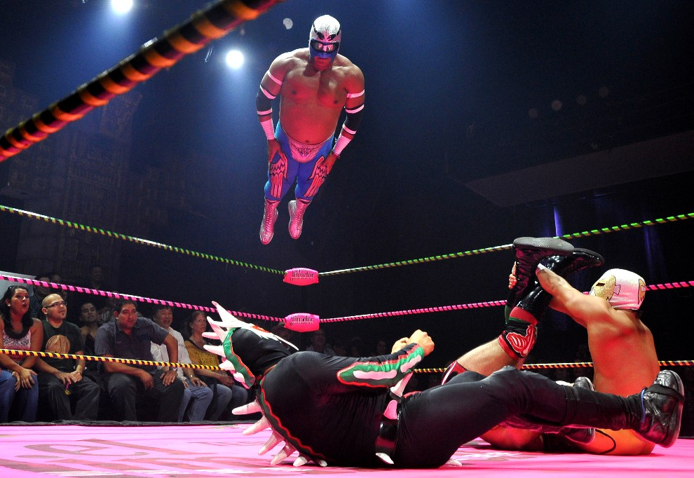 9.	USA, Los Angeles, 4 maja 2012: Występ luchadorów podczas gali Lucha Va Voom's Cinco de Mayan. AFP PHOTO /JOE KLAMAR