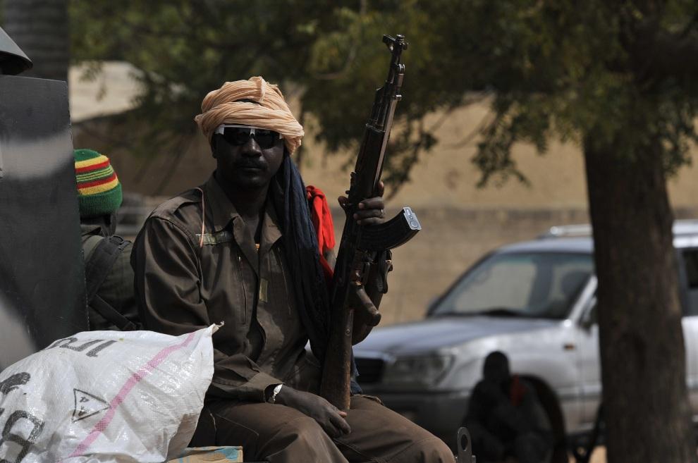 10.MALI, Diabaly, 22 stycznia 2013: Malijski żołnierz na patrol w centrum  Diabaly. AFP PHOTO / ISSOUF SANOGO