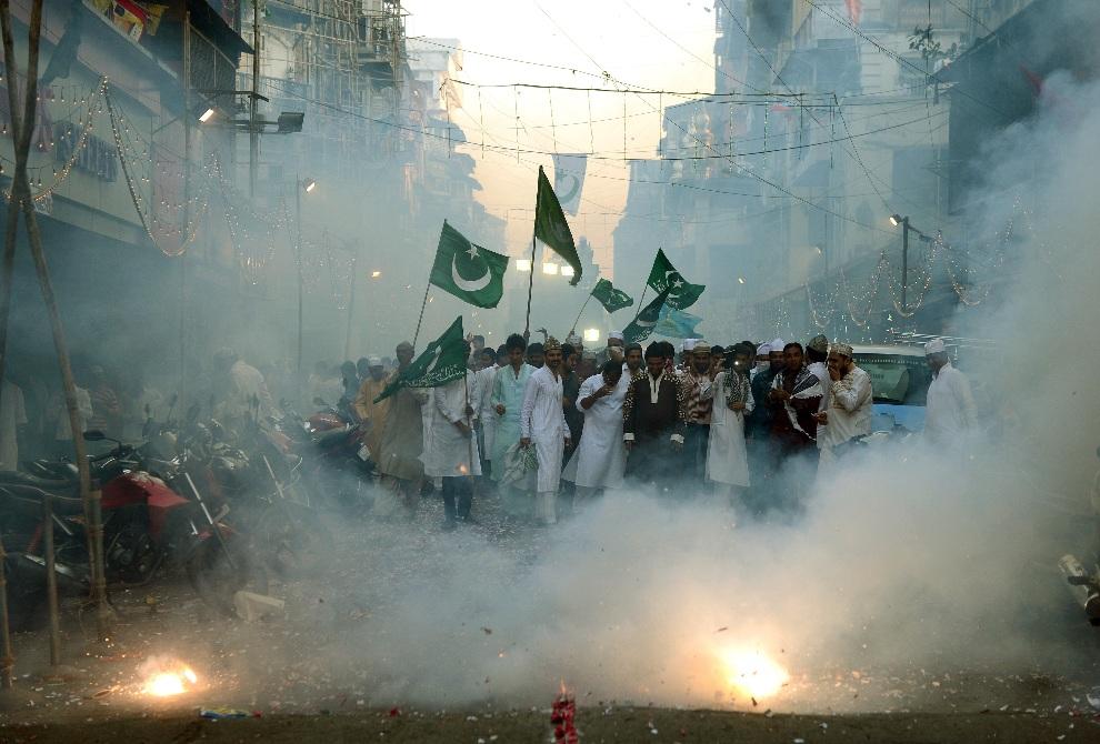 11. INDIE, Bombaj, 25 stycznia 2013: Muzułmanie podczas procesji z okazji święta upamiętniającego narodziny Mahometa. AFP PHOTO/ PUNIT PARANJPE