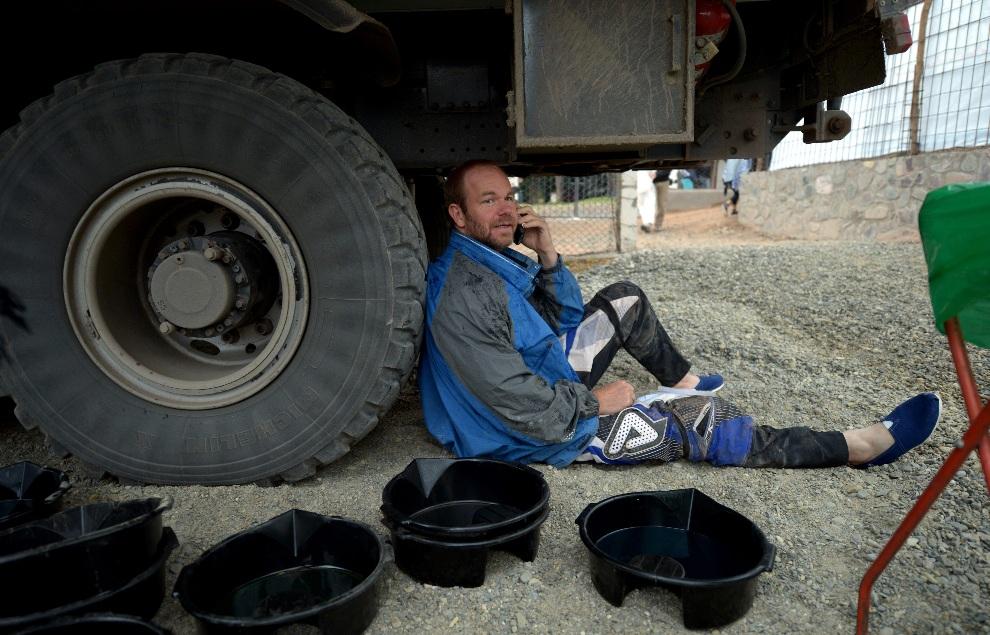11.ARGENTYNA, Cachi, 11 stycznia 2013: Kierowca ciężarówki odpoczywa po zakończeniu siódmego etapu rajdu. AFP PHOTO / FRANCK FIFE