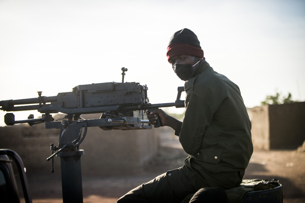 11.MALI, Kongena, 19 stycznia 2013: Malijski żołnierz wracający pick-upem z Mopti. AFP PHOTO / FRED DUFOUR