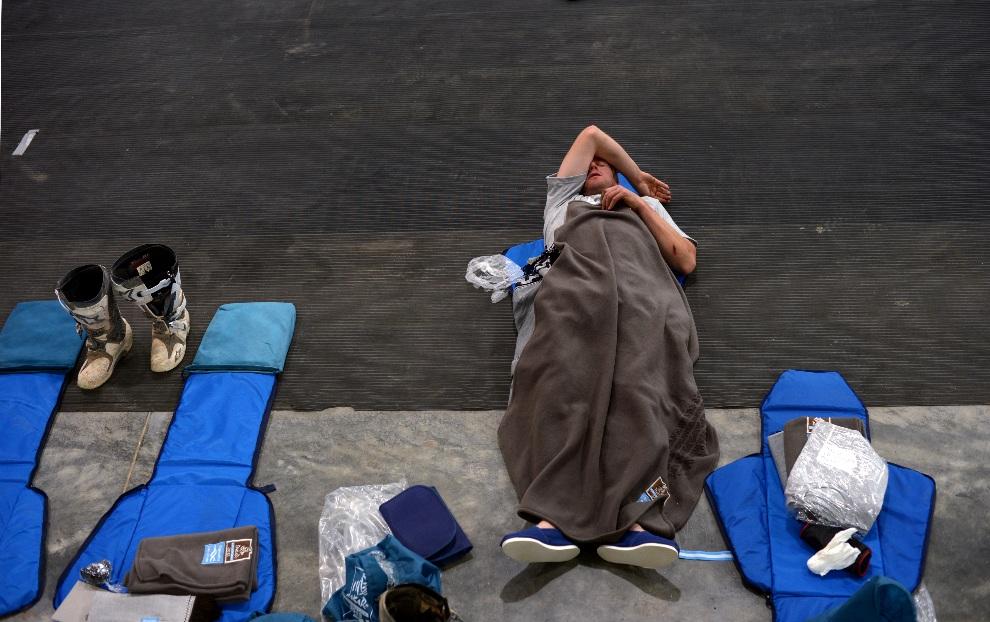 12.ARGENTYNA, Cachi, 11 stycznia 2013: Jeden z zawodników odpoczywa przed rozpoczęciem kolejnego etapu rajdu. AFP PHOTO / FRANCK FIFE