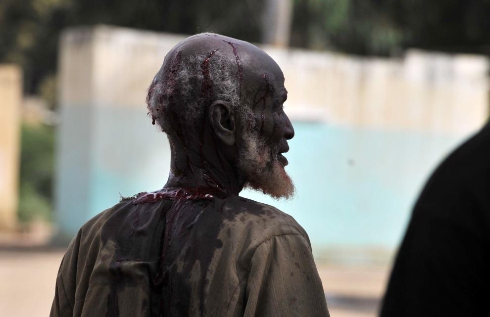 12.MALI, Diabaly, 22 stycznia 2013: Pobity mężczyzna, oskarżony o współpracę z islamistami. AFP PHOTO / ISSOUF SANOGO