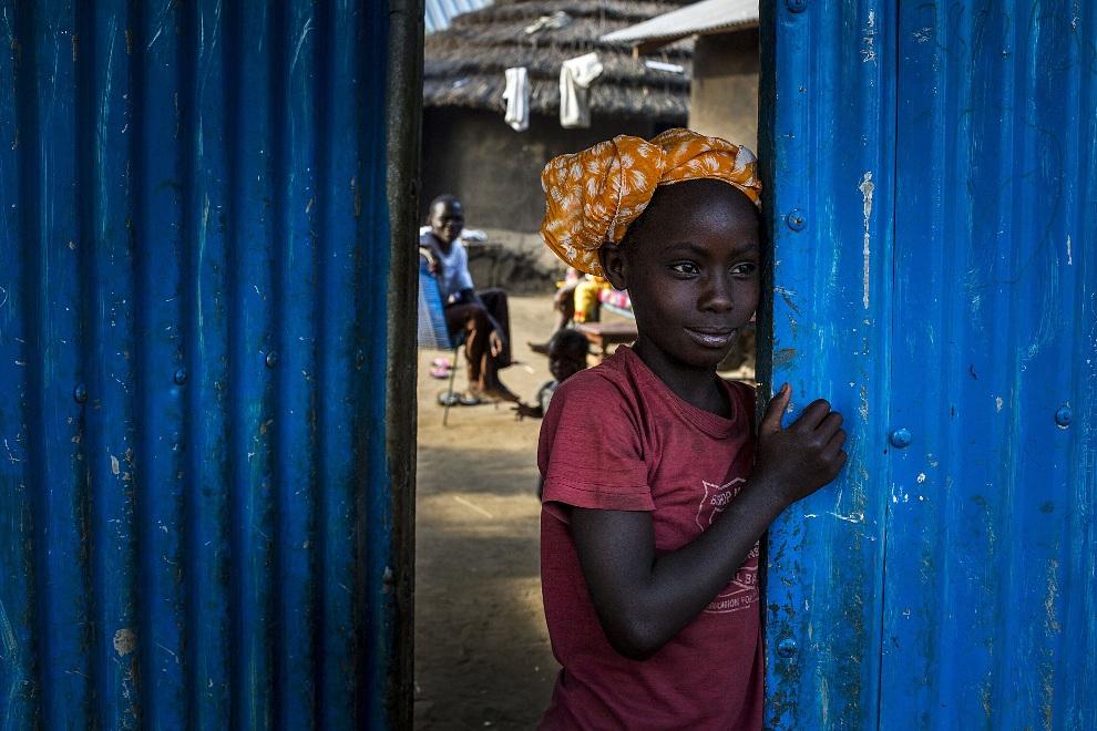 14. SUDAN, Dżuba, 23 stycznia 2013: Dziecko z plemienia Bari przy wejściu na targ w Dżubie. AFP PHOTO/ Camille Lepage