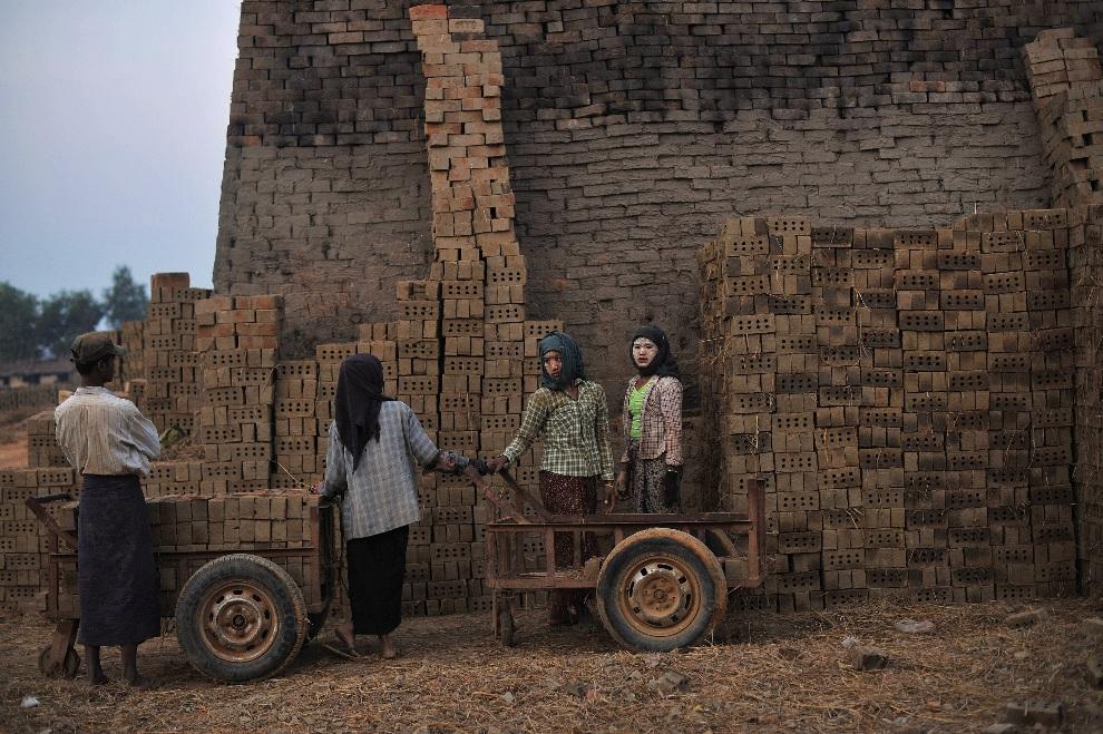 15. MJANMA, Rangun, 18 stycznia 2013: Pracownicy fabryki cegieł na przedmieściach Rangunu. AFP PHOTO / Ye Aung THU