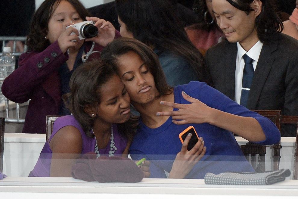 17. USA, Waszyngton, 21 stycznia 2013: Sasha (po lewej) i Malia (po prawej), córki Baracka Obamy, podczas uroczystości zaprzysiężenia. AFP PHOTO/JOE KLAMAR