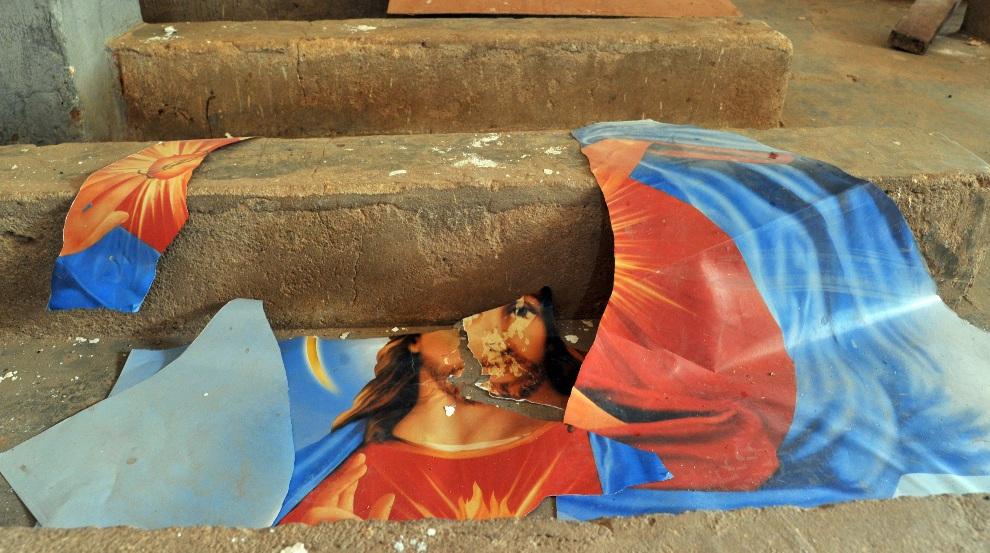 15.MALI, Diabaly, 22 stycznia 2013: Zniszczony obraz z wizerunkiem Jezusa Chrystusa. AFP PHOTO / ISSOUF SANOGO