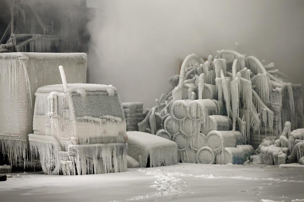 20.USA, Chicago, 23 stycznia 2013: Zamarznięta ciężarówka i inne przedmioty, po zakończonej akcji gaśniczej w opuszczonym magazynie. (Foto: Scott Olson/Getty   Images)