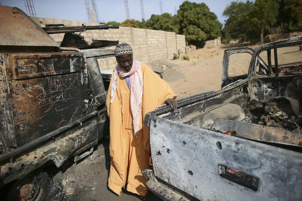 18.MALI, Diabaly, 22 stycznia 2013: Malijczyk przygląda się zniszczonym pojazdom należącym do islamistów. EPA/NIC BOTHMA EPA/NIC BOTHMA Dostawca: PAP/EPA.
