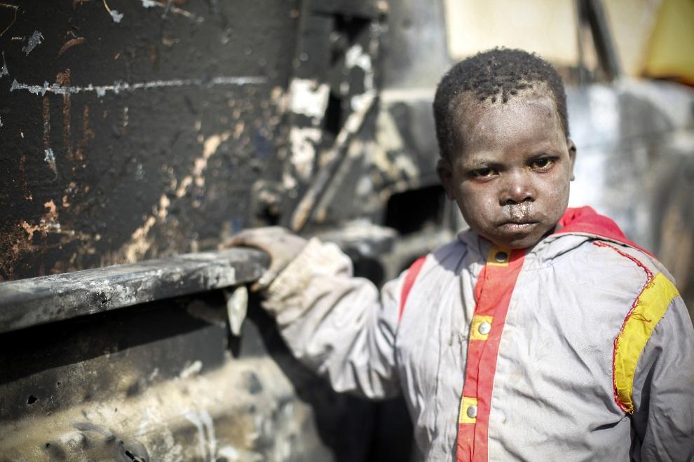 19.MALI, Diabaly, 21 stycznia 2013: Malijski chłopiec stoi obok zniszczonego samochodu. EPA/NIC BOTHMA Dostawca: PAP/EPA.