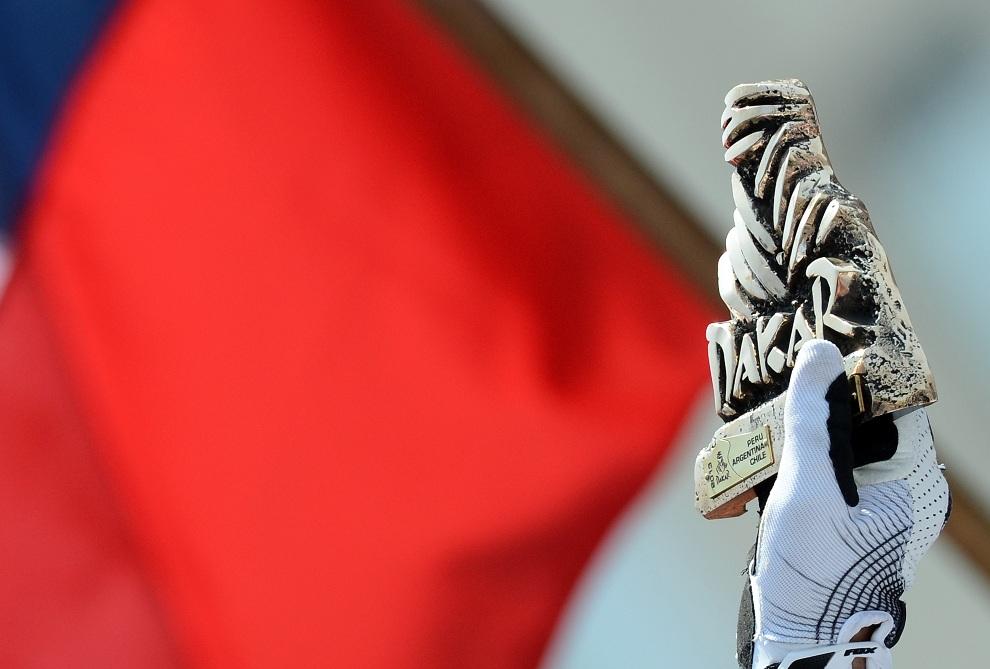 1.CHILE, Santiago, 20 stycznia 2013: Stephane Perterhansel na podium ze zdobytym trofeum. AFP PHOTO / FRANCK FIFE