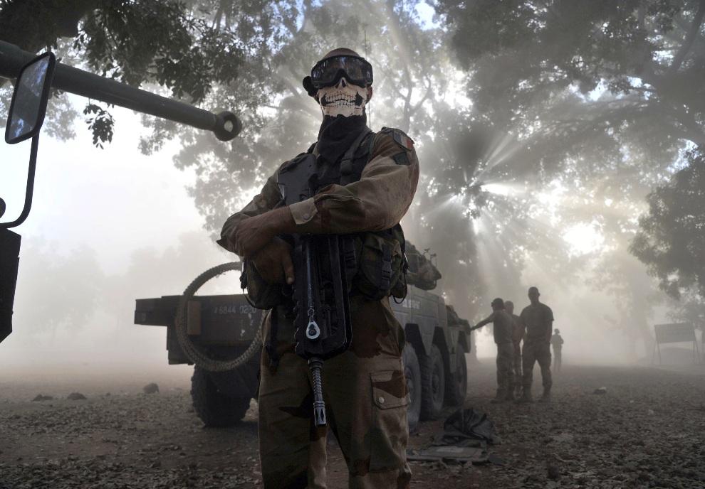 1.MALI, Niono, 20 stycznia 2013: Żołnierz Legii Cudzoziemskiej obok pojazdu opancerzonego w centrum Niono. AFP / PHOTO / ISSOUF SANOGO