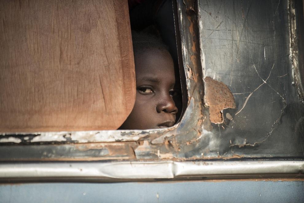 20.MALI, Niono, 18 stycznia 2013: Dziewczynka w autobusie kontrolowanym przez malijskich żołnierzy. AFP PHOTO / FRED DUFOUR