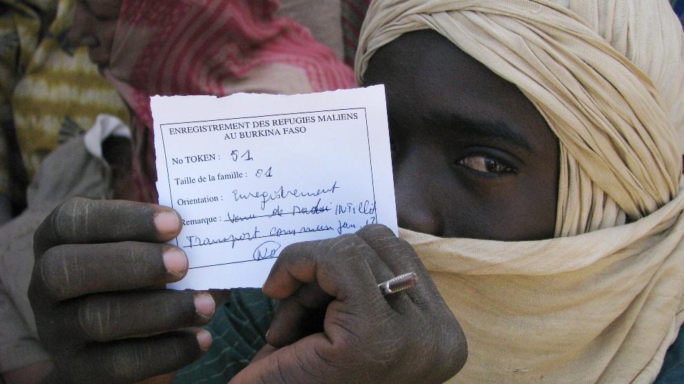 21.BURKINA FASO, Goudebou, 19 stycznia 2013: Malijski uciekinier pokazuje swoje dokumenty w obozie dla uchodźców. AFP PHOTO / AHMED OUOBA
