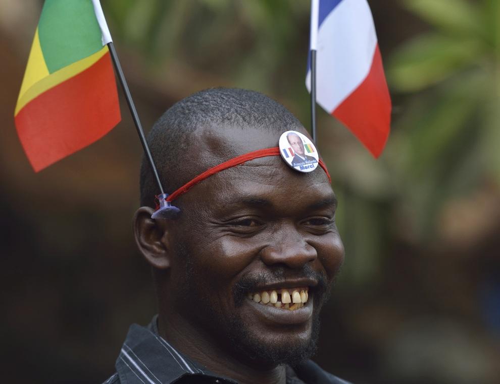 22.MALI, Bamako, 19 stycznia 2013: Malijczyk z flagami Mali i Francji. AFP PHOTO / ERIC FEFERBERG