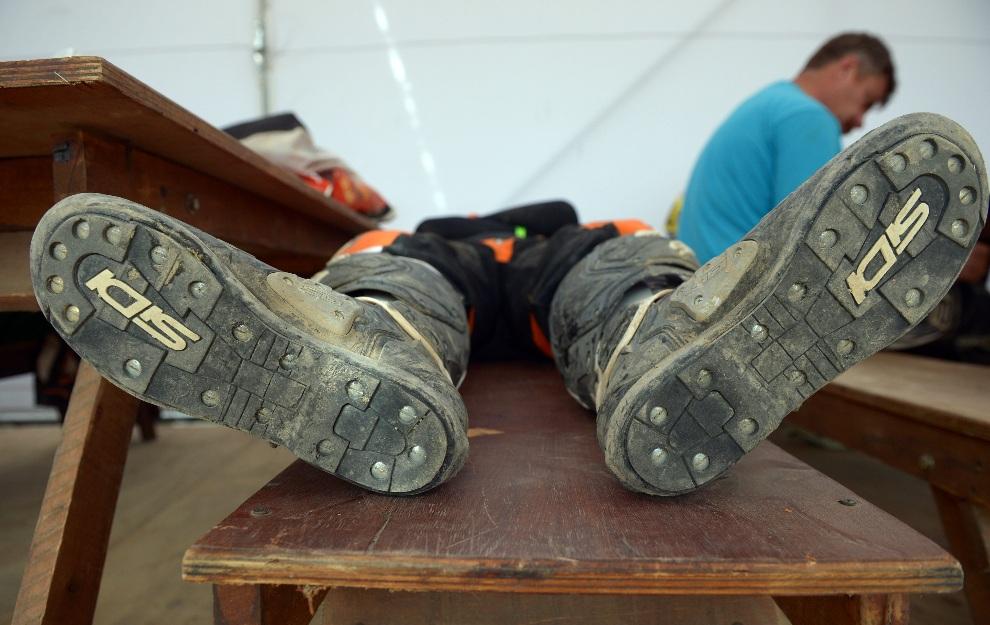 23.PERU, Arequipa, 9 stycznia 2013: Patrice Carillon śpi w trakcie śniadania przed piątym odcinkiem rajdu. AFP PHOTO / FRANCK FIFE