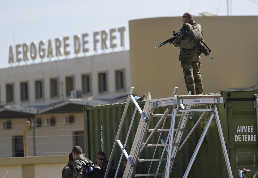 23.MALI, Bamako, 19 stycznia 2013: Francuski żołnierz na posterunku w bazie lotniczej. AFP PHOTO / ERIC FEFERBERG