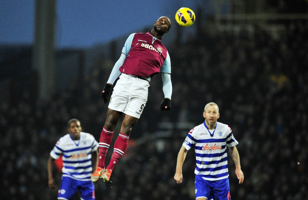 27.WIELKA BRYTANIA, Londyn, 19 stycznia 2013: Carlton Cole (West Ham United ) przyjmuje pikłę głową. AFP PHOTO/Glyn KIRK