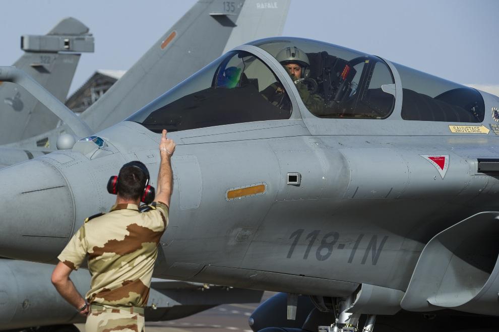 25.CZAD, Ndżamena, 12 stycznia 2013: Dassault Rafale na pasie startowym w bazie Kossei. AFP PHOTO / ECPAD / Nicolas-Nelson Richard
