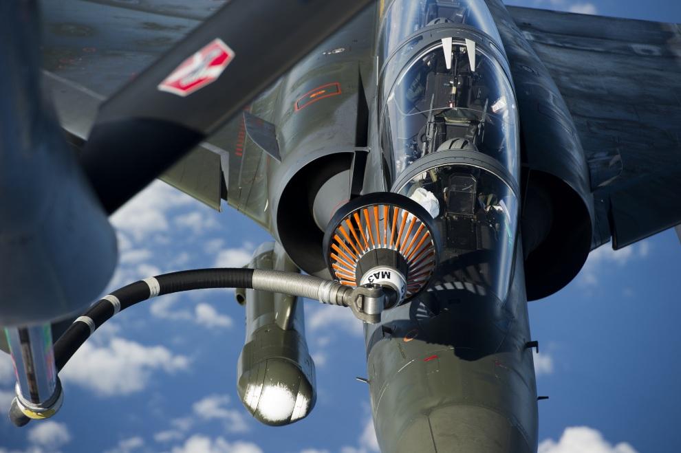 26.W POWIETRZU, 12 stycznia 2013: Francuski Mirage 2000 D tankowany w locie. AFP PHOTO / NICOLAS-NELSON RICHARD /