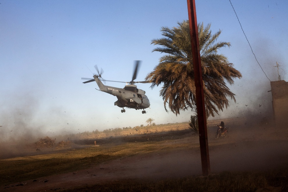 27.MALI, Niono, 21 stycznia 2013: Helikopter wznosi się po podjęciu francuskich żołnierzy. AFP PHOTO / FABIO BUCCIARELLI