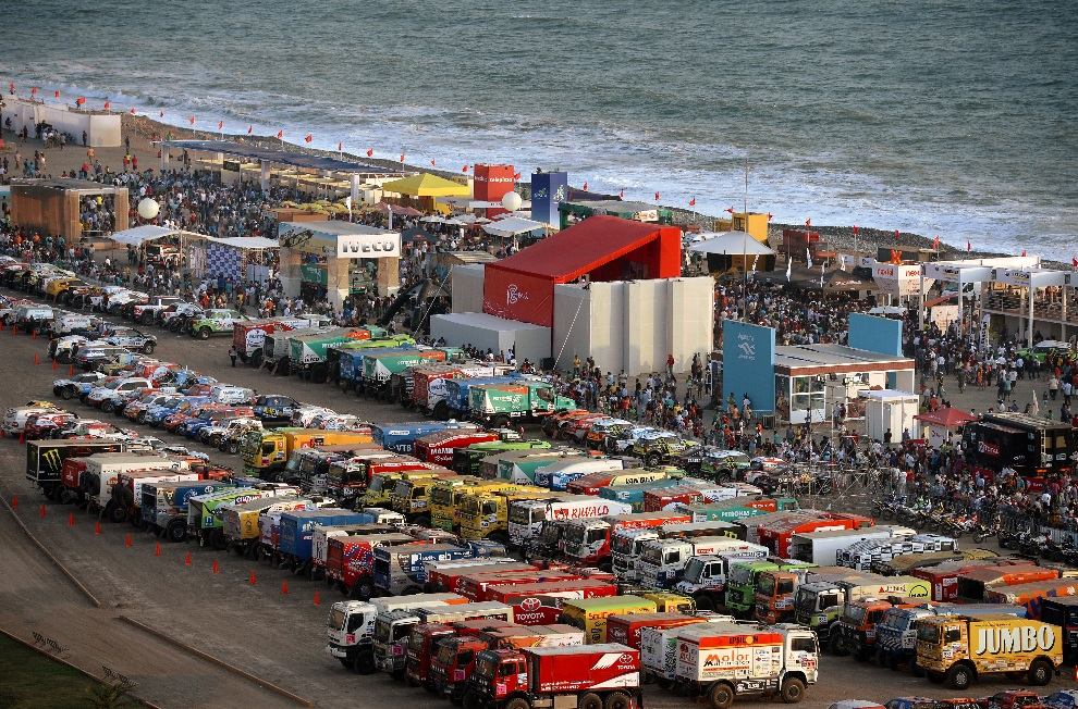 2.PERU, Lima, 4 stycznia 2013: Park maszyn na plaży Magdalena w Limie. AFP PHOTO / FRANCK FIFE
