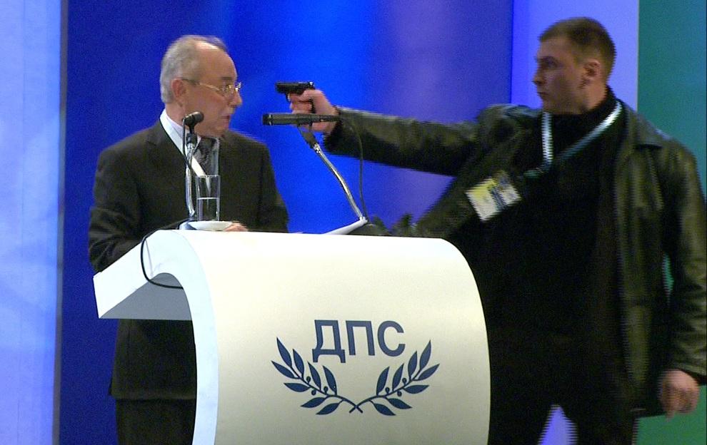 2. BUŁGARIA, Sofia, 19 stycznia 2013: Klatka z filmu wideo ukazująca próbę zabójstwa Ahmeda Dogana, działacza partii reprezentującej głównie interesy mniejszości   tureckiej w Bułgarii. AFP PHOTO / BTV