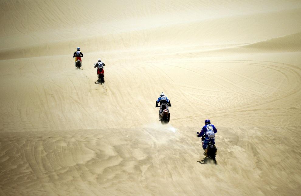 30.PERU, Lima, 5 stycznia 2013: Grupka motocyklistów na trasie pierwszego z odcinków rajdu. AFP PHOTO / FRANCK FIFE