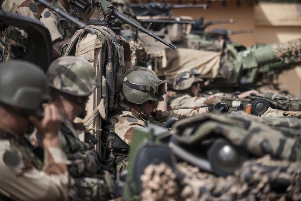 30.MALI, Sevare, 22 stycznia 2013: Francuscy żołnierze przygotowują się do opuszczenia bazy w  Sevare. AFP PHOTO / FRED DUFOUR