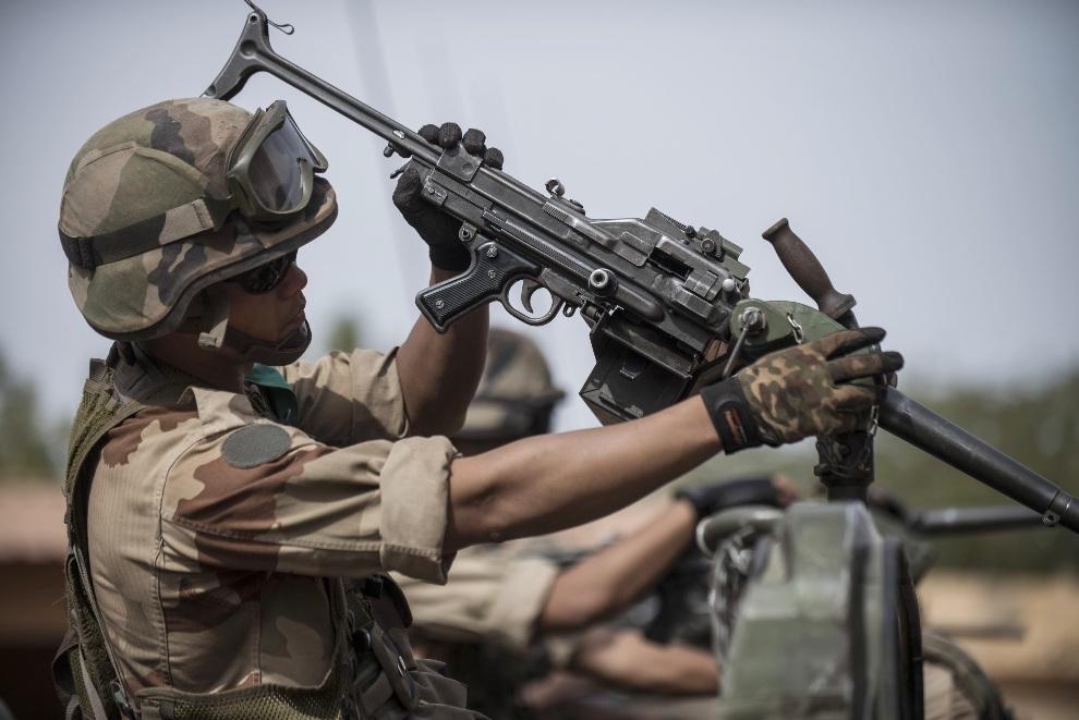 31.MALI, Sevare, 22 stycznia 2013: Francuski żołnierz sprawdza broń przed wyruszeniem z bazy. AFP PHOTO / FRED DUFOUR