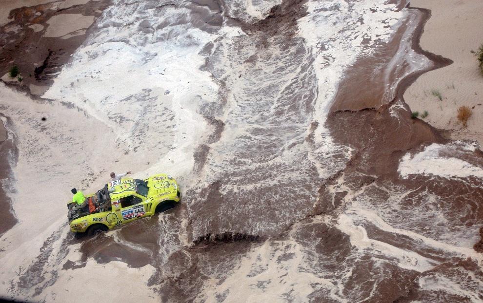 33.ARGENTYNA, La Rioja, 16 stycznia 2013: Victor Mastromatteo podczas próby przeprawienia się przez rzekę. AFP PHOTO / POOL