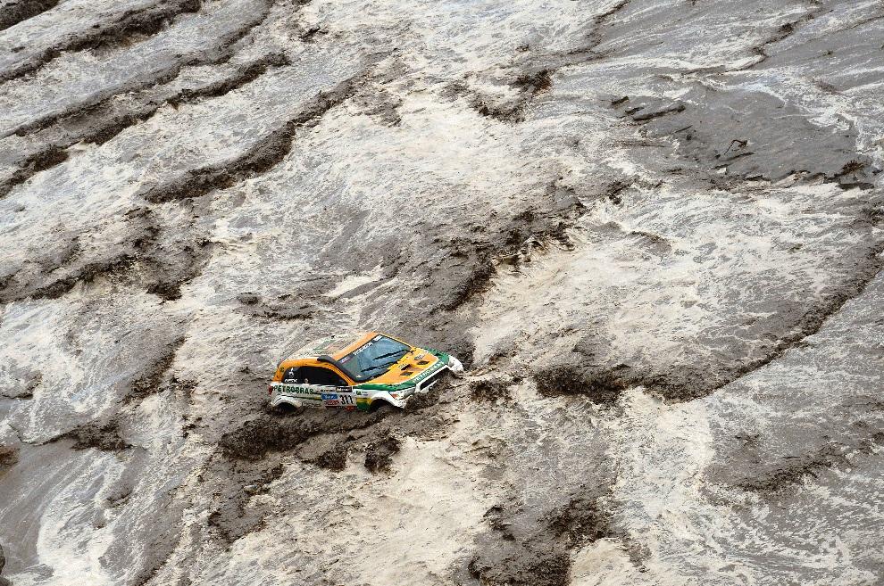 35.ARGENTYNA, Tucumán, 12 stycznia 2013: Guilherme Spinelli uwięziony w samochodzie podczas przeprawy przez rzekę. AFP PHOTO / FRANCK FIFE