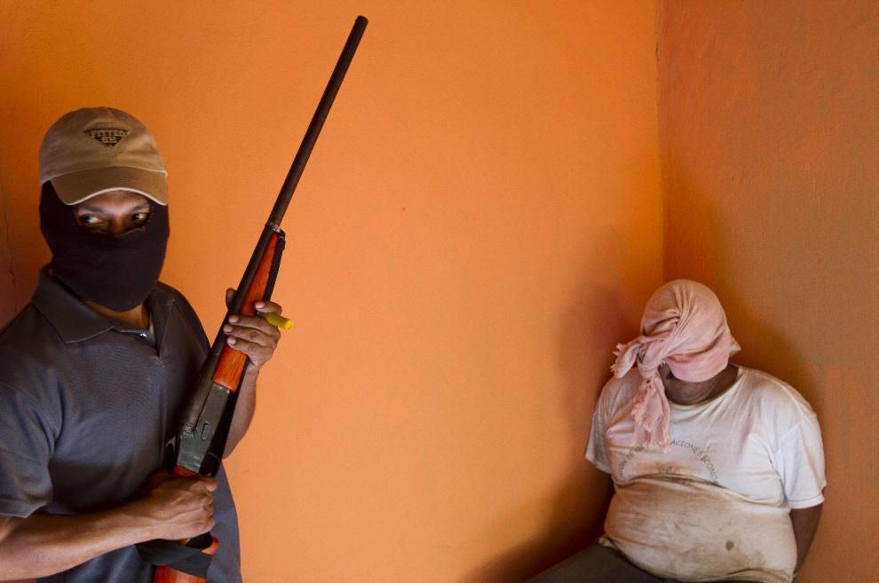 3. MEKSYK, Ayutla de los Libres, 18 stycznia 2013: Mężczyzna, podejrzany o działanie w gangu, zatrzymany przez lokalną milicję. AFP PHOTO/Pedro Pardo