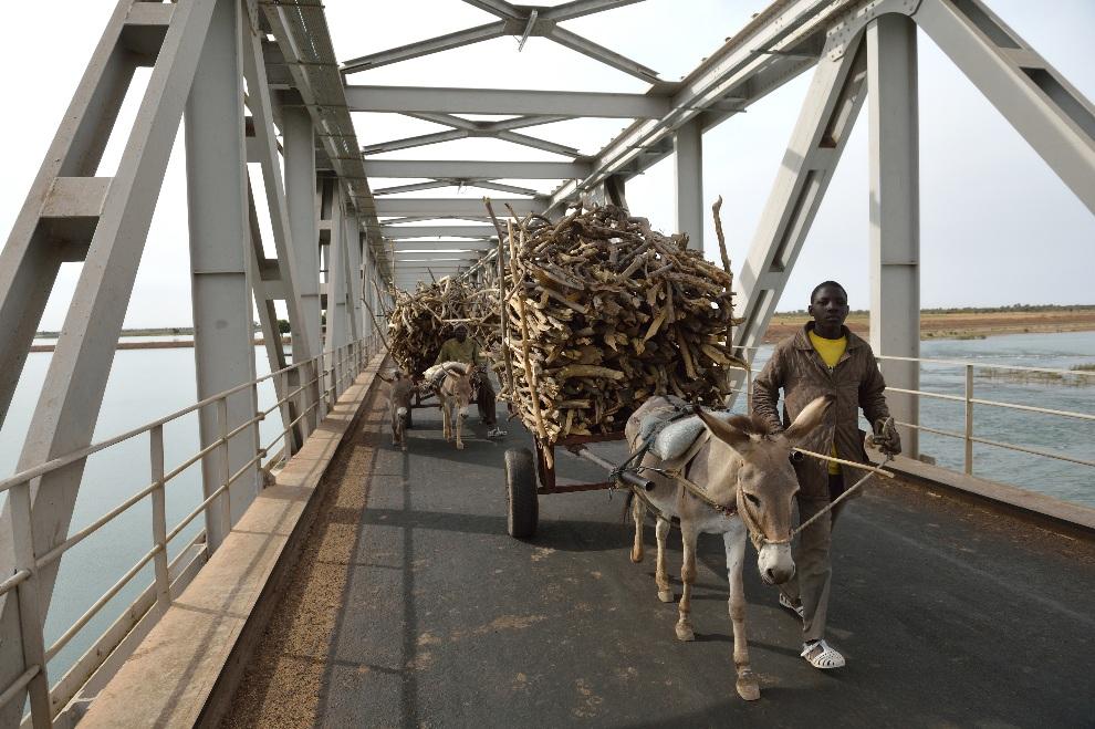 3.MALI, Ségou, 22 stycznia 2013: Transport drewna przez most na Nigrze. AFP PHOTO / ERIC FEFERBERG