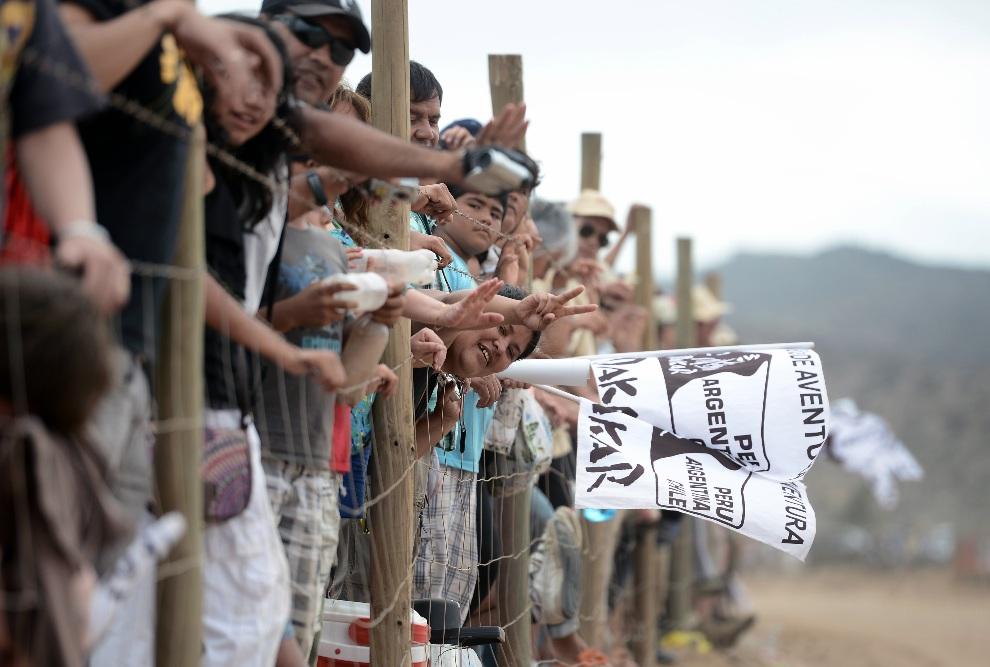 40.CHILE, La Serena, 18 stycznia 2013: Kibice zebrani na mecie trzynastego odcinka rajdu. AFP PHOTO / FRANCK FIFE