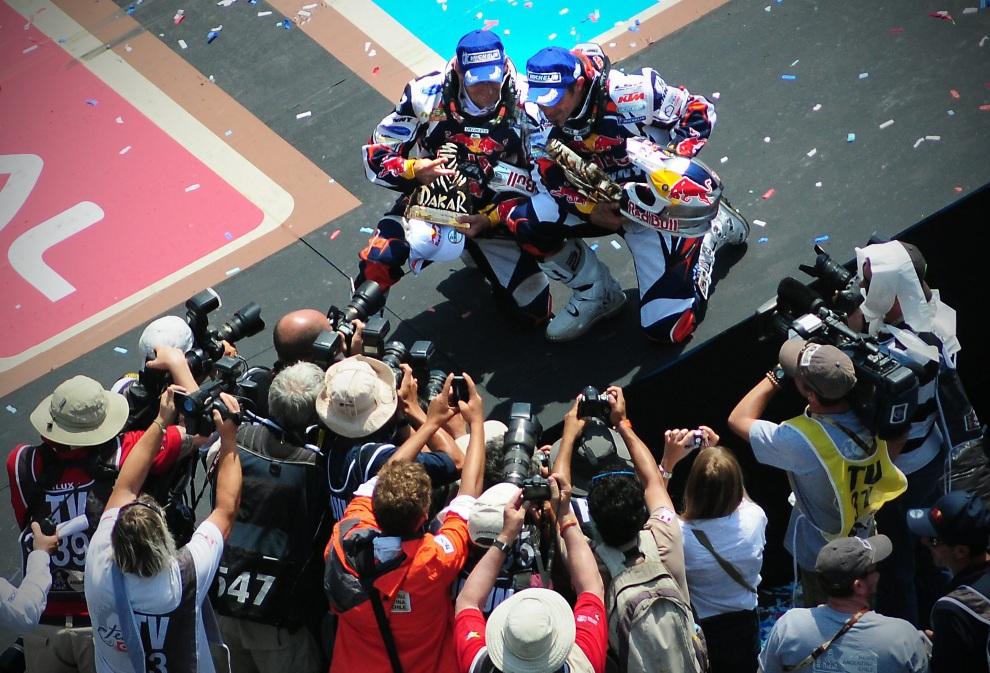 42.CHILE, Santiago, 20 stycznia 2013: Cyril Despres (po prawej) cieszy się ze zwycięstwa wśród motocyklistów. PAP/EPA.