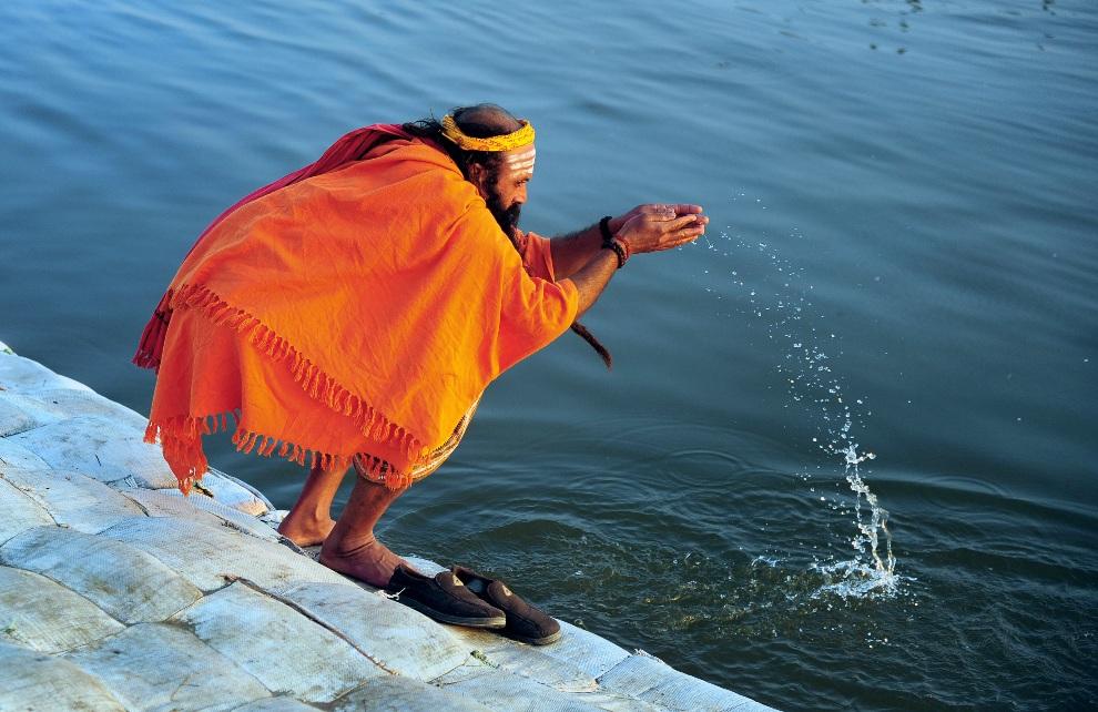 4. INDIE, Allahabad, 22 stycznia 2013: Sadhu odprawiający wieczorne modlitwy nad Gangesem. AFP PHOTO/Sanjay KANOJIA