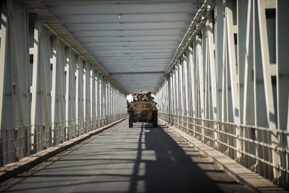 4.MALI, Niono, 18 stycznia 2013: Opancerzony pojazd transportujący dziennikarzy. AFP PHOTO / FRED DUFOUR