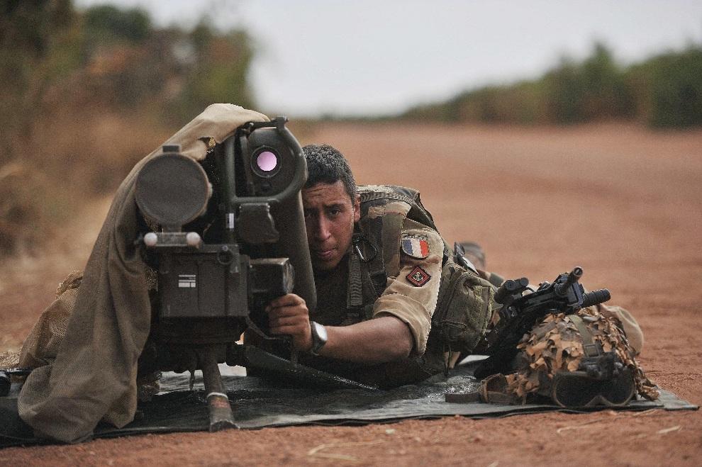 5.MALI, Diabaly, 22 stycznia 2013: Francuski żołnierz z wyrzutnią przeciwpancernych pocisków kierowanych. AFP PHOTO / ISSOUF SANOGO