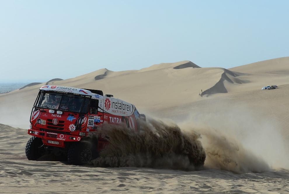 5.PERU, Pisco, 5 stycznia 2013: Ales Loprais z zespołu Tatra za kierownicą swojej ciężarówki. (Fotot: Shaun Botterill/Getty Images)