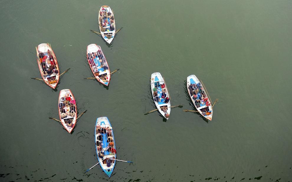 6. INDIE, Allahabad, 23 stycznia 2013: Pielgrzymi na łodziach przygotowują się do oczyszczającej kąpieli rytualnej w jednym z dopływów Gangesu. AFP PHOTO/Sanjay   KANOJIA