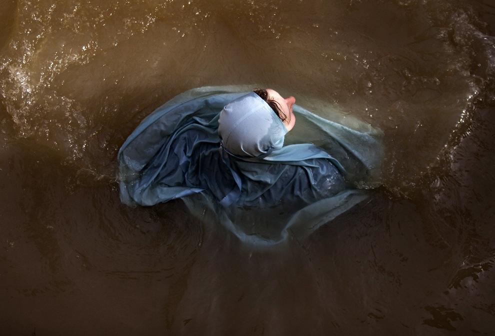 7. ZACHODNI BRZEG, 18 stycznia 2013: Zakonnica w trakcie rytualnej kąpieli w dniu upamiętniającym Objawienie Pańskie. AFP PHOTO/MENAHEM KAHAN