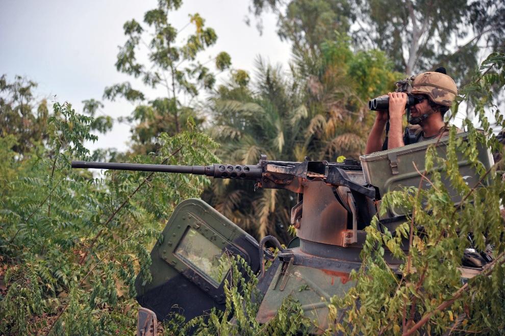 7.MALI, Diabaly, 22 stycznia 2013: Francuscy żołnierze na posterunku w pobliżu Diabaly. AFP PHOTO / ISSOUF SANOGO