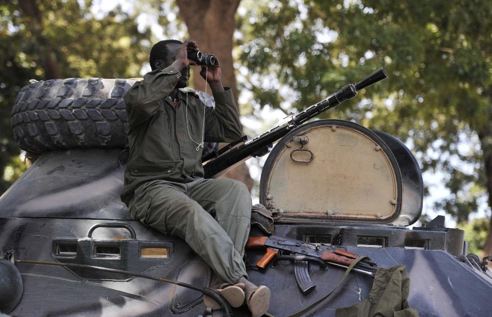 8.MALI, Niono, 19 stycznia 2013: Malijski żołnierz na posterunku w pobliżu Niono. AFP PHOTO / ISSOUF SANOGO